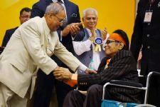 Manoj Kumar receives Phalke Award, presents idol to President