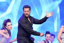 Don't expect me to perform like Hrithik or Tiger: Salman