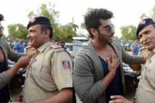 Is ARJUN KAPOOR trying to BRIBE the Policemen?