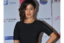 #EpicFail - Sunidhi Chauhan topples during a music concert!