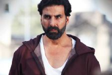 Yet again Akshay Kumar proves his generosity,helps his ailing producer