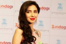 All that's a rumor, Mahira Khan not replaced in Raees!