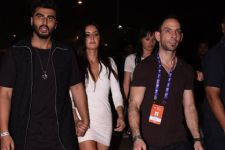 Katrina Kaif walks hand-in-hand with Arjun Kapoor!