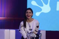 #Stylebuzz: Alia Bhatt's Tee Is An Answer Amidst Whirlwind Of Feminism