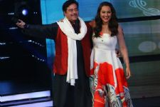 Shatrughan Sinha reacts after watching Sonakshi Sinha's 'Noor'!