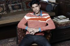 Farhan Akhtar endures the heat with a gumcha!