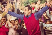 Here's the MAKING video of Tubelight's song 'Radio'!