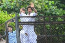 Shah Rukh Khan and his son AbRam wish EID from Mannat!