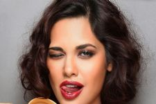 Did Esha Gupta upset an online brand?