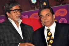 Dharmendra seems to be upset with Amitabh Bachchan