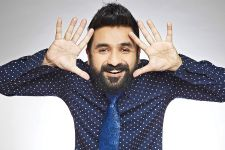 Vir Das takes a dig at the Indian men at the Airports