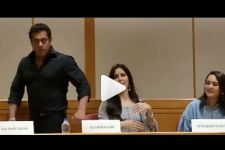 VideoAlert: Salman Khan tries BOOM FLOSS DANCE challenge, BUT...