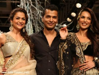 malaika arora khan and amrita arora walk the ramp for vikram phadnis