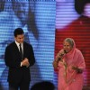 Aamir Khan honouring social worker Sindhutai Sakpal at CNN IBN Heroes Awards