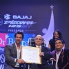 Hrithik Roshan felicitates an achiever at Dr. Batra's Positive Health Awards 2013 ceremony
