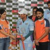 Genelia gives the trophy to the Bhojpuri Dabanggs