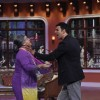 Akshay threatens Dadi on Comedy Nights With Kapil