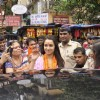 Shraddha Kapoor waves to the fans at Siddhivinayak