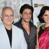 Shah Rukh Khan with Anupam Kher and Neha Dhupia at the Trailer Launch of Ekkees Topon Ki Salaami