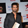 Shahid Kapoor poses with his Award at Big Star Entertainment Awards 2014