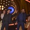 Salman Khan and Shah Rukh Khan Shakes a Leg on Bigg Boss 9 - Double Trouble