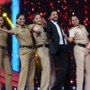 Shah Rukh Khan teaching his Signature Moves to Female Cops at Umang 2016