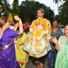 Veteran actress Dimple Kapadia Performs 'Ganesh Visarjan'