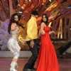 Harbhajan shaking a leg with the znd contestants