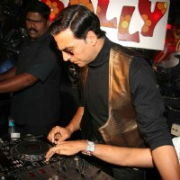 "Akshay Kumar turns DJ to promote his film ""Action Replayy"" at Plollyesters 
