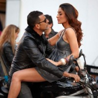 Akshay Kumar and Kareena Kapoor on a Bike in Kambakth Ishq