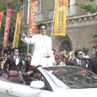 King Khan looking cool in white | Billu Barber Photo Gallery