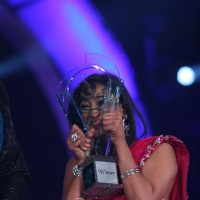 Shweta Tiwari with trophy in Finale of Bigg Boss 4