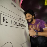 Arshad Warsi with a 10 Crores Cheque | Shortkut Photo Gallery