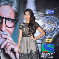 Sonam Kapoor with Amitabh Bachchan promote Mausam on the sets of KBC in Film City. . | Mausam Event Photo Gallery