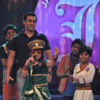 Salman Khan on the sets of Sa Re Ga Ma Lil Champs to promote Bodyguard at Famous Studio. . | Bodyguard Event Photo Gallery