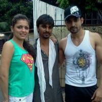 Drashti Dhami as geet Gurmeet Choudhary as maan with crew member during Geet Hui Sabse Parayi shooti