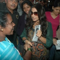 Vidya Balan promotes her movie 'Kahaani' at Khar Station | Kahaani Event Photo Gallery