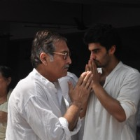 Vinod Khanna and Arjun Kapoor at Mona Kapoor's funeral at Pawan Hans