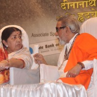 Lata Mangeshkar and Bal Thackeray at Dinanath Mangeshkar Awards