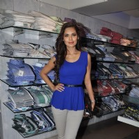 Esha Gupta promote Jannat 2 at Lawman Store, Dadar | Jannat 2 Event Photo Gallery