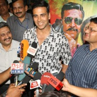 Akshay Kumar with Delhi Police Commissioner B K Gupta at special screening of film Rowdy Rathore | Rowdy Rathore Event Photo Gallery