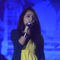 Poorvi on the stage of Indian Idol 6