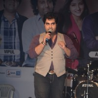 Vipul on the stage of Indian Idol 6