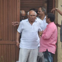 Yash Chopra arrived at Rajesh Khanna's residence to pay his condolence to the family
