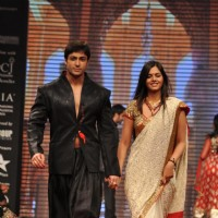 Daljeet Bhanot on ramp at the Beti show by Vikram Phadnis at IIJW 2012