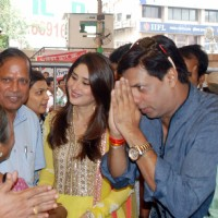 Kareena Kapoor and Madhur Bhandarkar at Siddhivinayak Temple for the Music Launch of the film Heroine | Heroine Event Photo Gallery