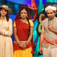 Jennifer Winget with Parul chauhan in Comedy circus.