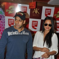 Salman Khan and Sonakshi Sinha at CCD ties-up with Dabangg2 to organise a meet-n-greet session | Dabangg 2 Event Photo Gallery