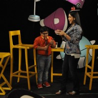 Sakshi Tanwar learns to balance a plate on her head on Captain Tiao show