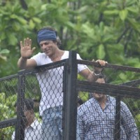 Shah Rukh Khan gives a smiling Wave to his Fans on Eid